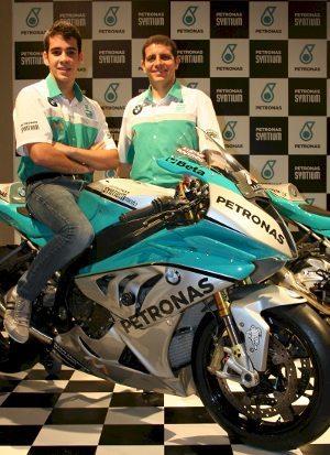 Lucas com seu pai e chefe de equipe Alex Barros e a moto da temporada 2014