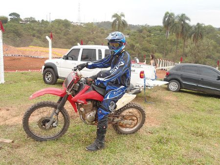 Eu me arriscando no motocross no Ville Sport, em Santana de Parnaíba