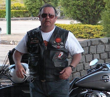 """Roberto num de seus passeios com suas """"amantes"""" motocicletas"""