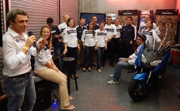 Federico Alvarez (com o microfone) apresenta a equipe e o scooterzão: novos planos e grandes desafios