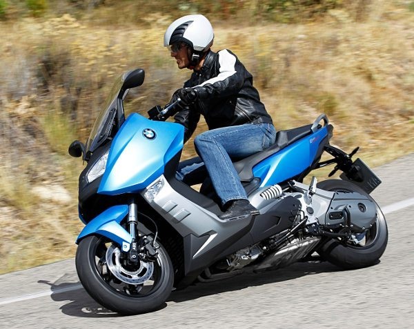 A engenharia da BMW trabalhou para dar ao maxi scooter a mesma facilidade e segurança de condução para cidade e estrada em velocidades mais altas