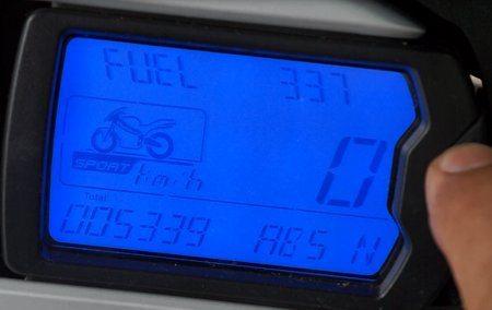 Indicação do nível de combustível não há e quando entra na reserva (4 litros) inicia-se a contagem de quilômetros rodados com uma casa decimal