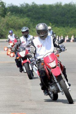 A empresa tem capacidade para formar até 400 motociclistas por mês