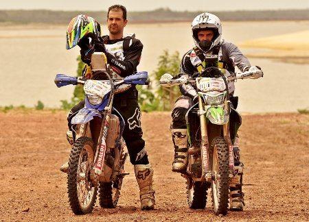 Guilherme Cascaes e Emerson Loth, o Bombadinho, pilotos de enduro de regularidade do Team Rinaldi