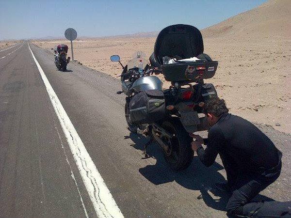 Arrumando o pneu da moto: único problema em toda a viagem