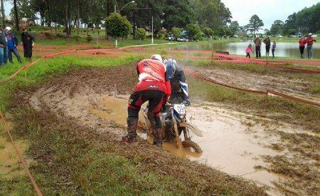 As chuvas da véspera aumentaram em muito o nível de dificuldade na 3ª etapa do Paranaense de Enduro FIM