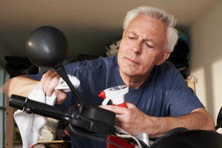Limpar com cuidado e com os produtos corretos garante a conservação da moto