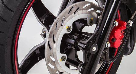 Os freios agora são combinados: acionamento somente do freio traseiro provoca frenagem nas duas rodas