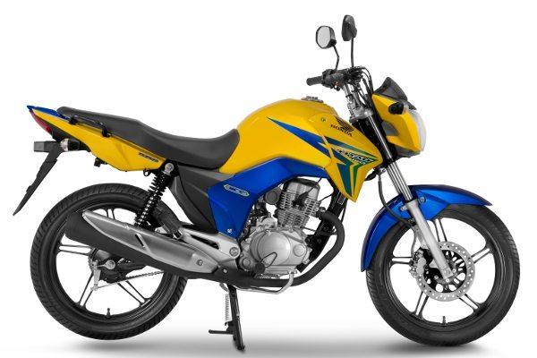Modelo estampa as cores amarela, verde e azul e celebra o orgulho de ser brasileira