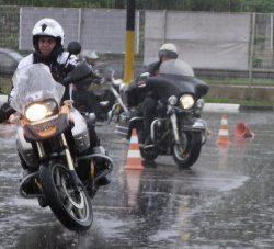 Chuva e moto combinam sim!