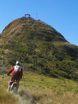 Entre as trilhas a tradicional subida do Morro do Chinha, marca registrada do Enduro dos Ipês