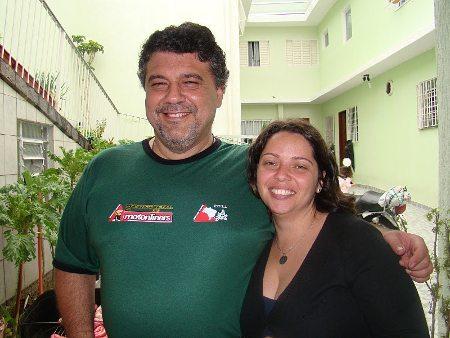 Jean no quintal de casa com a esposa e sempre rodeado de muitos amigos: sorriso fácil e bom exemplo!