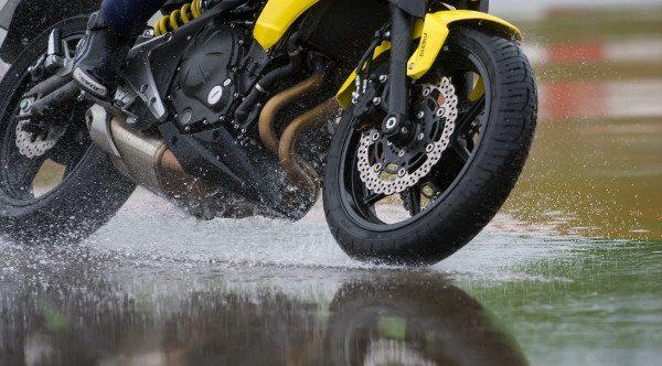 Detalhe da capacidade do pneu retirar mais água do piso e melhorar a aderência