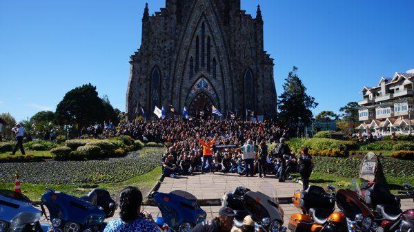 Grupo do National HOG Rally 2014 reunido em frente à igreja em Canela