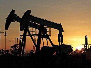 Confira os poços de petróleo da Petrobrás que ficam na Fazenda Belém à beira da estrada (foto de Luis Sucupira)