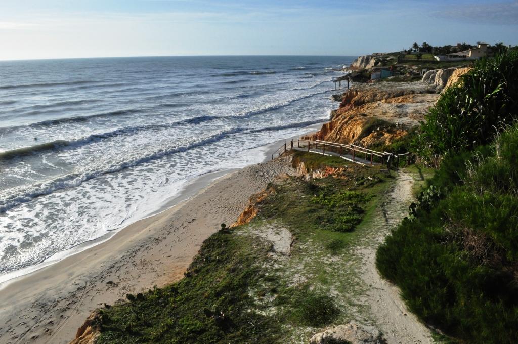 Entre as dunas e o mar as falésias e suas fontes de água doce.