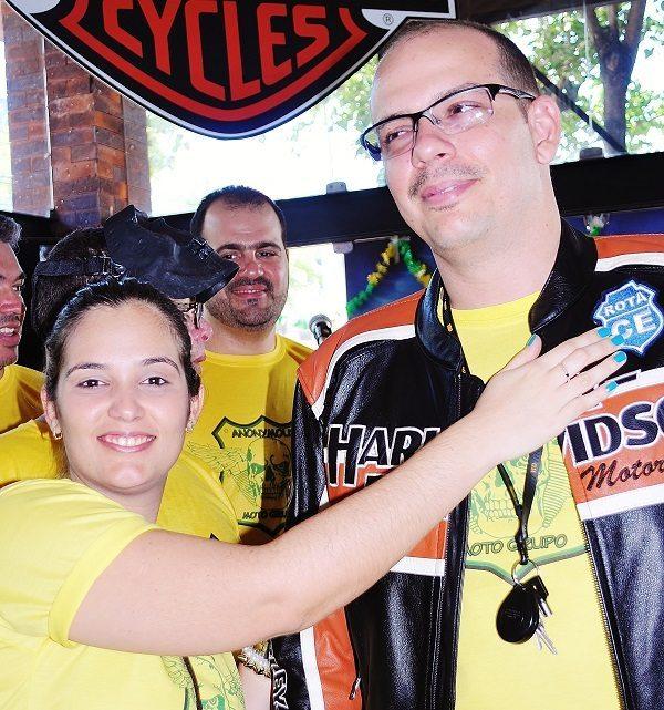 Ricardo, na hora de receber o patch das mãos da esposa, Poliana (foto: Luis Sucupira – Anonymous MG)