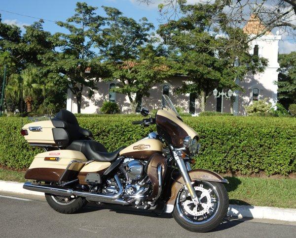 Harley-Davidson Ultra Electra Glide - Cromados e pintura fazem a imagem da clássica