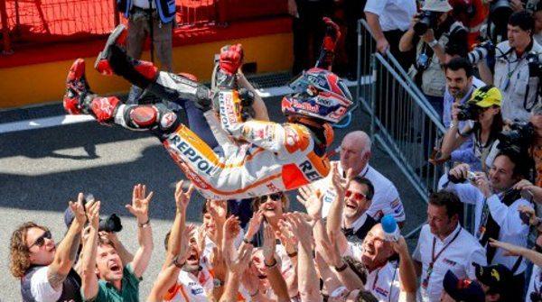Ultrapassagem na última volta dá a Márquez a 6ª vitória em 6 corridas