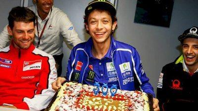 Valentino Rossi é festejado pela sua 300ª participação em Grandes Prêmios na MotoGP