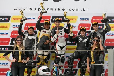 Davi Gomide no degrau mais alto do pódio da Honda Júnior Cup
