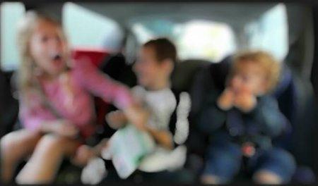 Um pneu furado em uma avenida movimentada e três crianças no banco de trás