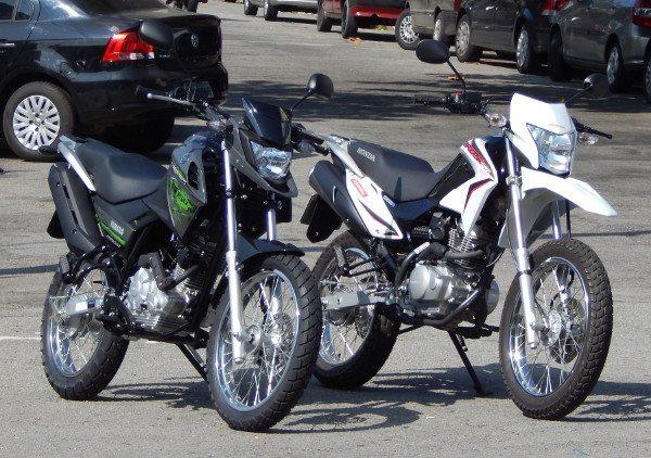 Quase tudo igual, mas a Yamaha traz desenho mais moderno enquanto que a Honda mantém a fidelidade ao estilo trail