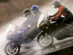 De moto na chuva