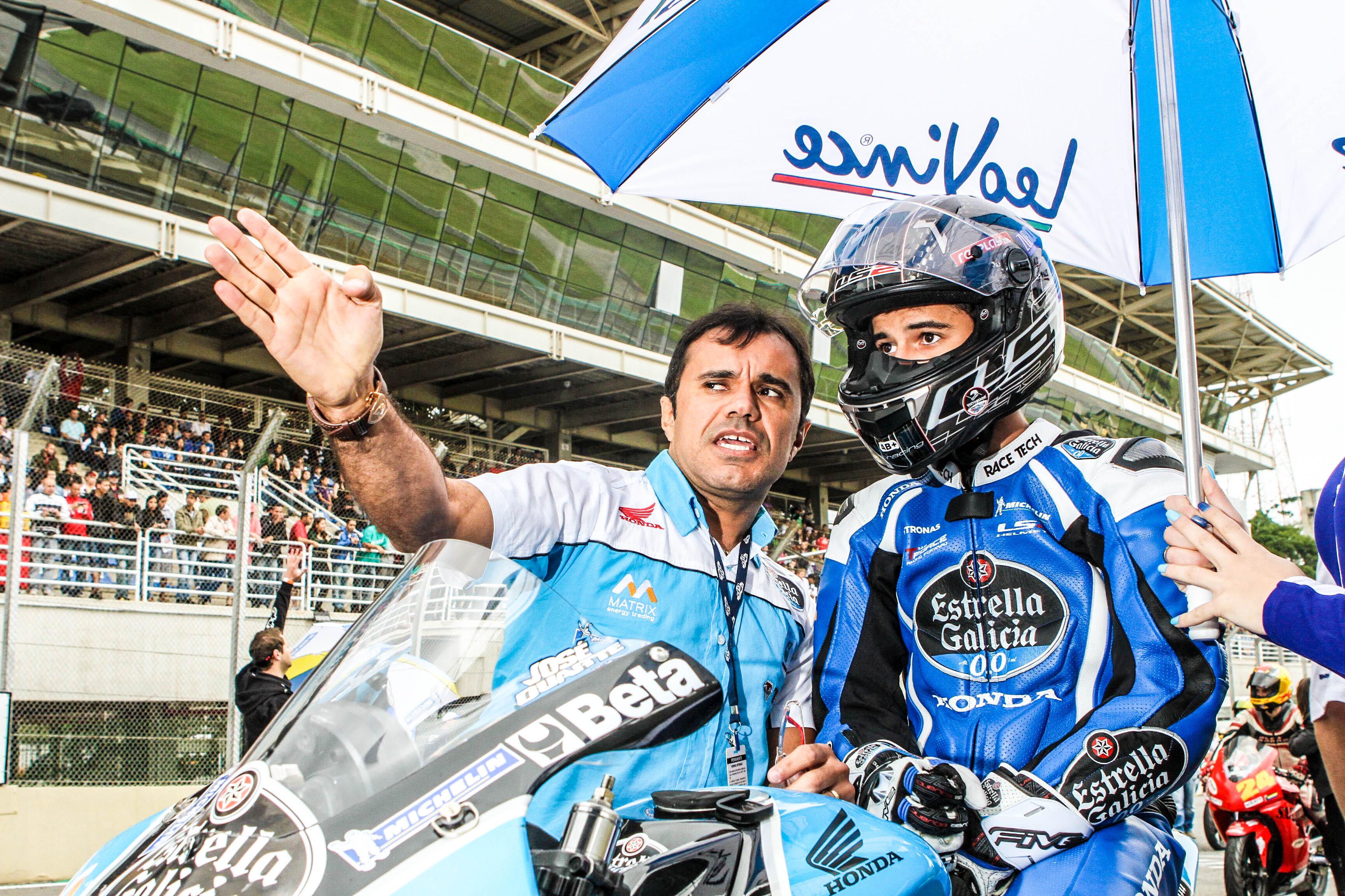 Wagner Duarte (E) passando as instruções para José Duarte (D) antes da largada de mais um Moto GP.