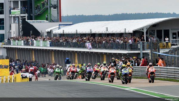 Largada diferente no GP da Alemanha; vários pilotos trocaram de moto (pneus) durante a volta de apresentação e tiveram que largar do pit lane
