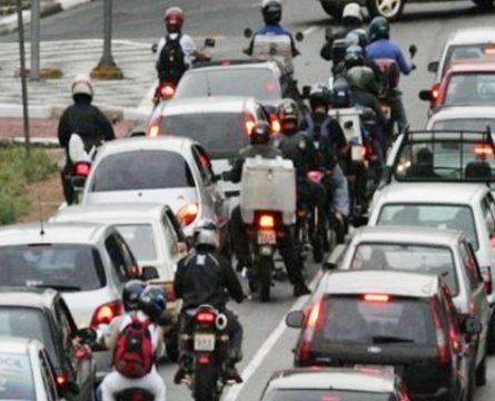 Moto no trânsito: toda atenção e prudência são fundamentais