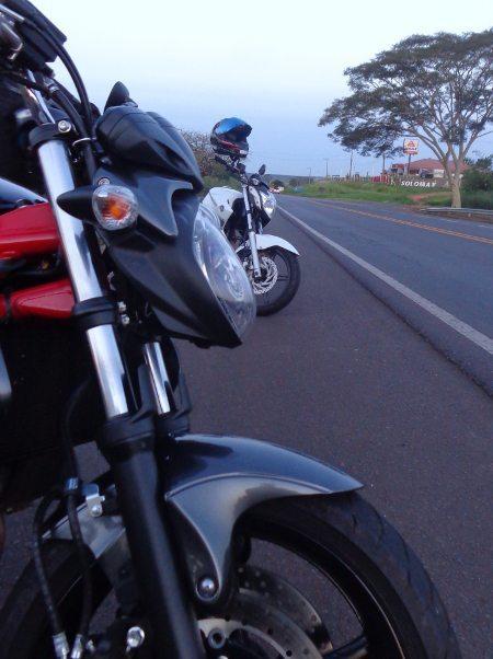 Na beira da estrada: uma naked média com porte de moto menor