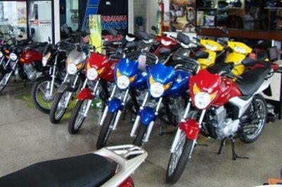 Vender moto hoje exige criatividade; moto parada e vendedor sentado não funciona