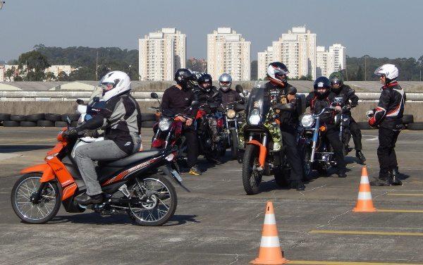 Na laje do Shopping SP Market, cursos de pilotagem com segurança para todos os tipos de motociclistas e de motocicletas