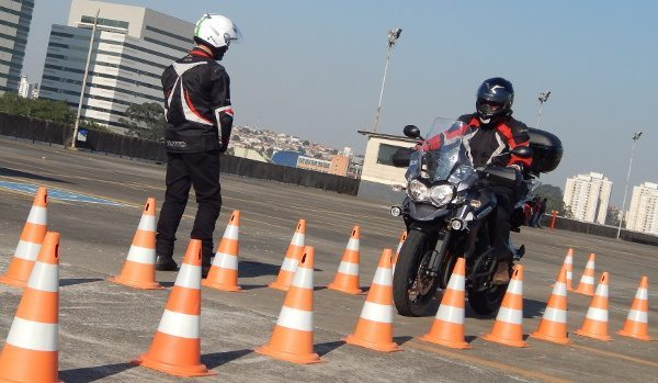 Frenagem: momento crítico, quando acontecem muitos acidentes com motociclistas