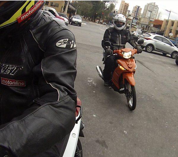 Andando nelas você percebe que a Yamaha anda um pouco mais, mas é pelo pouco peso que o motor menos potente carrega. Se o piloto for mais pesado...