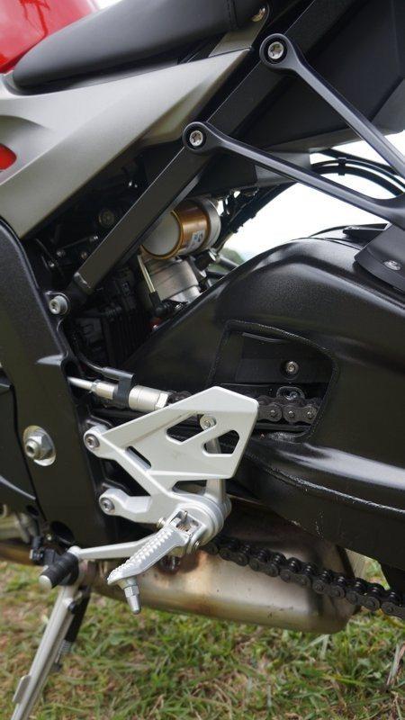 O shift assist é acionado pelo sensor que está por trás da estrutura da pedaleira - faz toda diferença na pilotagem