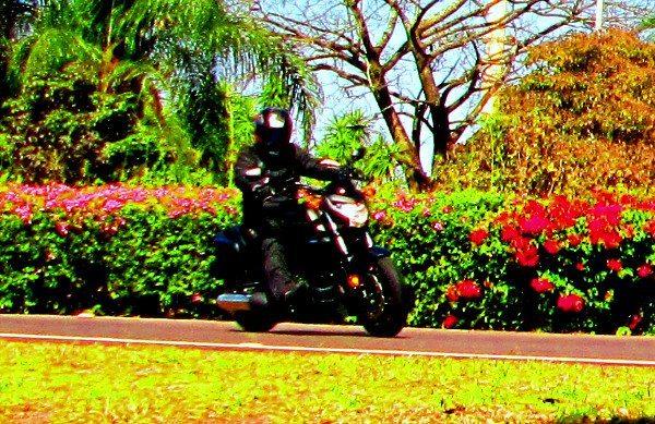 """Saiu da imobilidade, parece uma moto muito menor de tão dócil e fácil de manobrar; mas sua """"praia"""" é a estrada com bom pavimento"""