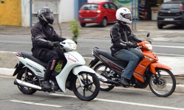 A posição de conduzir na Yamaha lhe coloca com os braços mais baixos