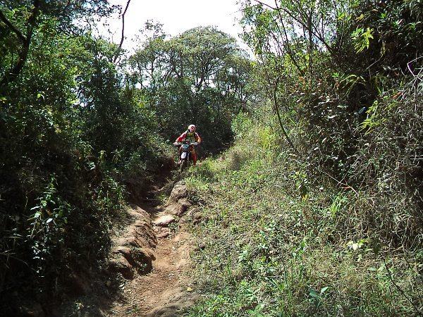 Encarando as dificuldades da Estrada Real nas imediacoes de Ouro Preto (MG)