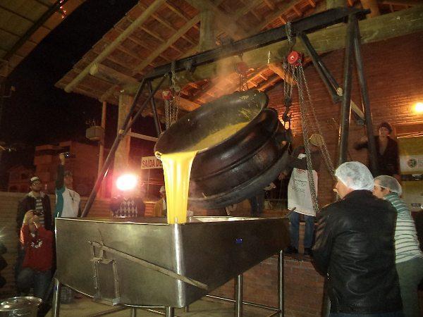 À noite no Centro de Eventos de Venda Nova do Imigrante aconteceu a Virada da Polenta, tradicional festa da cidade capixaba