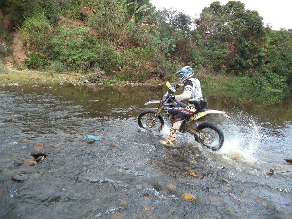 A travessia de pequeno riacho cheio de pedras soltas complicou a vida de muita gente