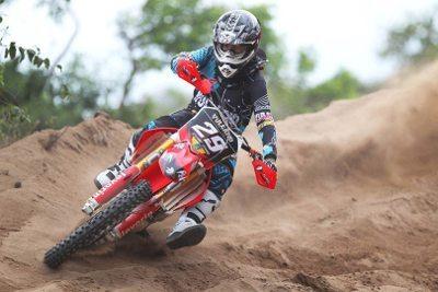 Stefany Serrão, campeã latino-americana de motocross feminino