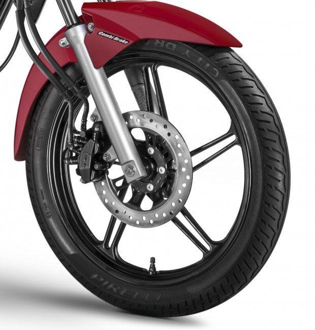 Freio dianteiro com acionamento hidráulico - Pinça de três pistões sendo dois acionados pelo manete de freio dianteiro e um central acionado pelo pedal de freio traseiro