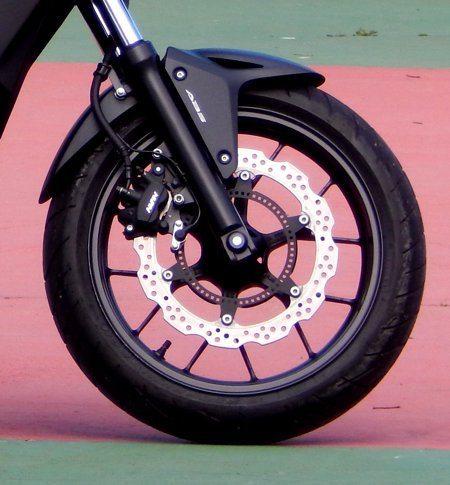 Freio dianteiro tem único disco de grande diâmetro - Afixado diretamente na roda