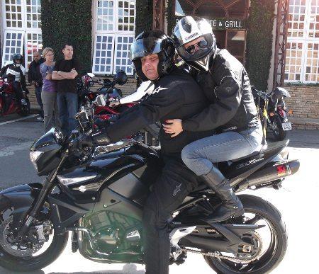 Aline, Alberto e a moto: três em um