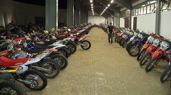 412 motos de várias marcas e cilindradas ocupando lotando o parque fechado