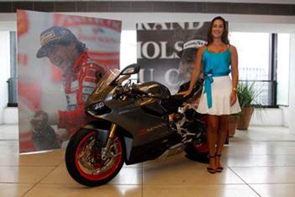 Bianca Senna ao receber a Ducati entrega 1199 Panigale S Senna serial #001