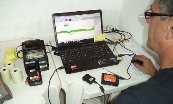 Os dados do GPS são transferidos para um computador que faz a análise e determina o vencedor