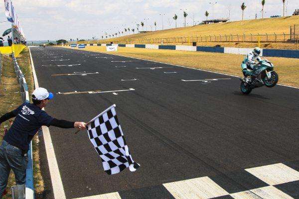 Matthieu Lussiana recebe a bandeirada da vitória no GP Goiânia do Brasileiro de Motovelocidade